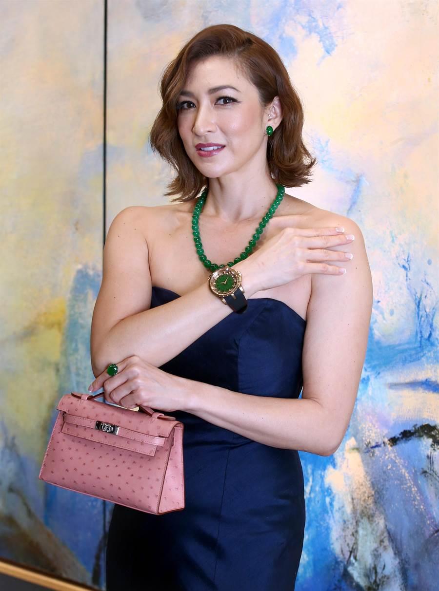 李詠嫻展演佳士得香港春拍的珠寶拍品,包括翡翠套組和羅杰杜彼12生肖腕表,要價逾數億台幣,身價不凡。(粘耿豪攝)