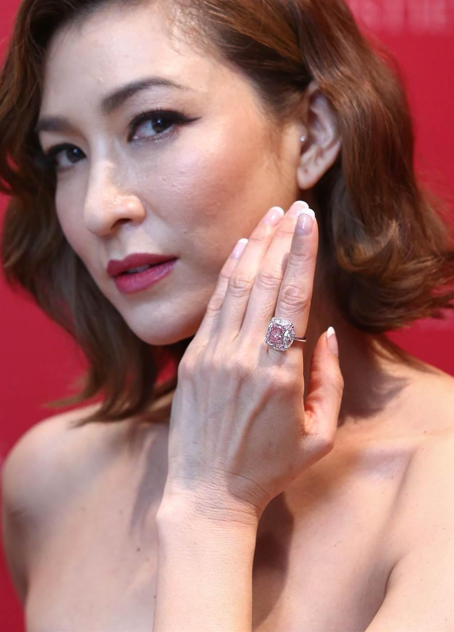 李詠嫻佩戴3.44克拉粉紅鑽戒,估價逾2億台幣。(粘耿豪攝)