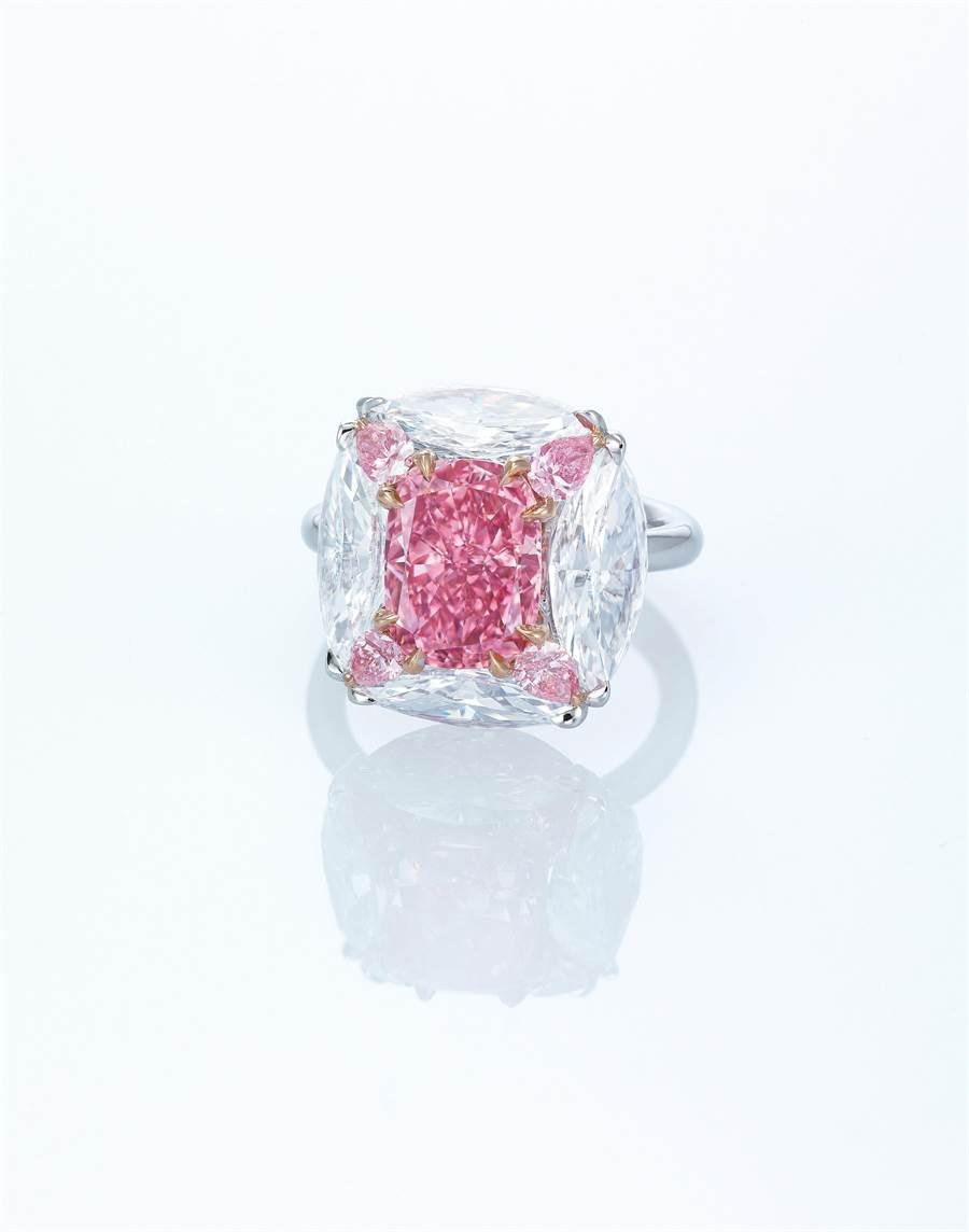佳士得香港春拍珠寶類領拍之作MOUSSAIEFF設計的3.44克拉鮮彩紫粉紅色鑽戒指,起拍價約2億台幣。(Christie's提供)