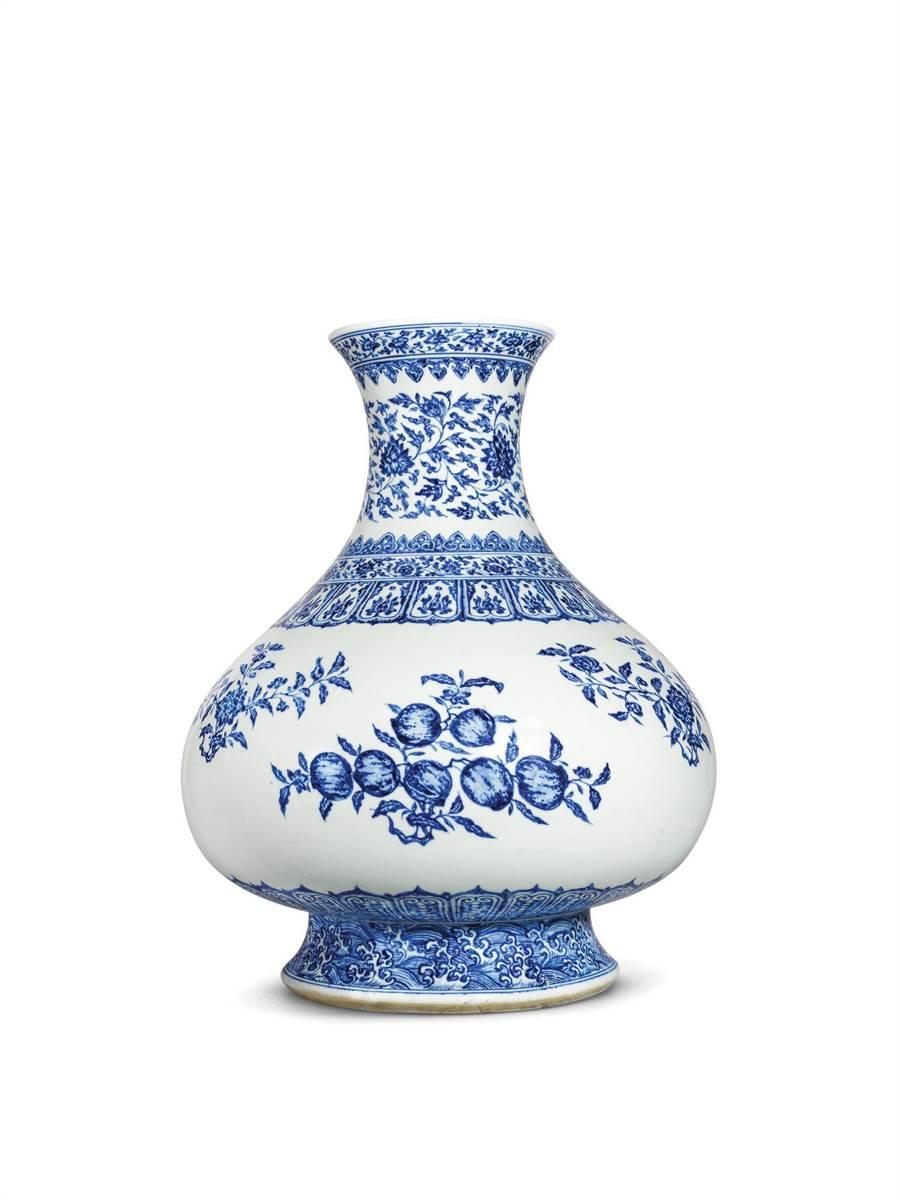 佳士得來台展出一只清雍正青花折枝花果紋大尊,為瑞典傳教士兼外交家拉森家族所藏。(Christie's提供)