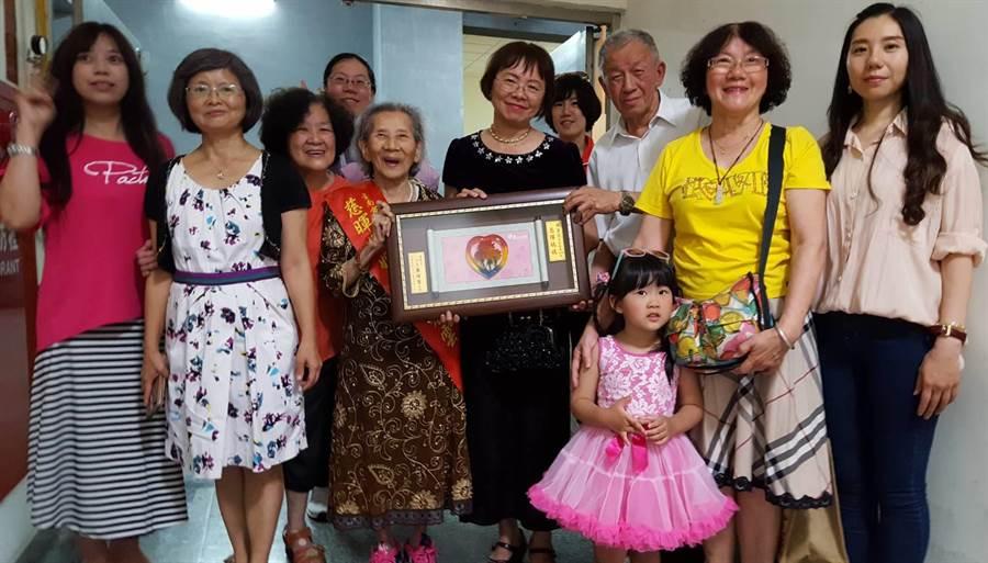 2019年社會局11日所舉辦的「母愛Long底家」表揚大會,台南市長黃偉哲(左三)代表出席頒獎給楊麗雲女士。圖一(魏景瀚攝)