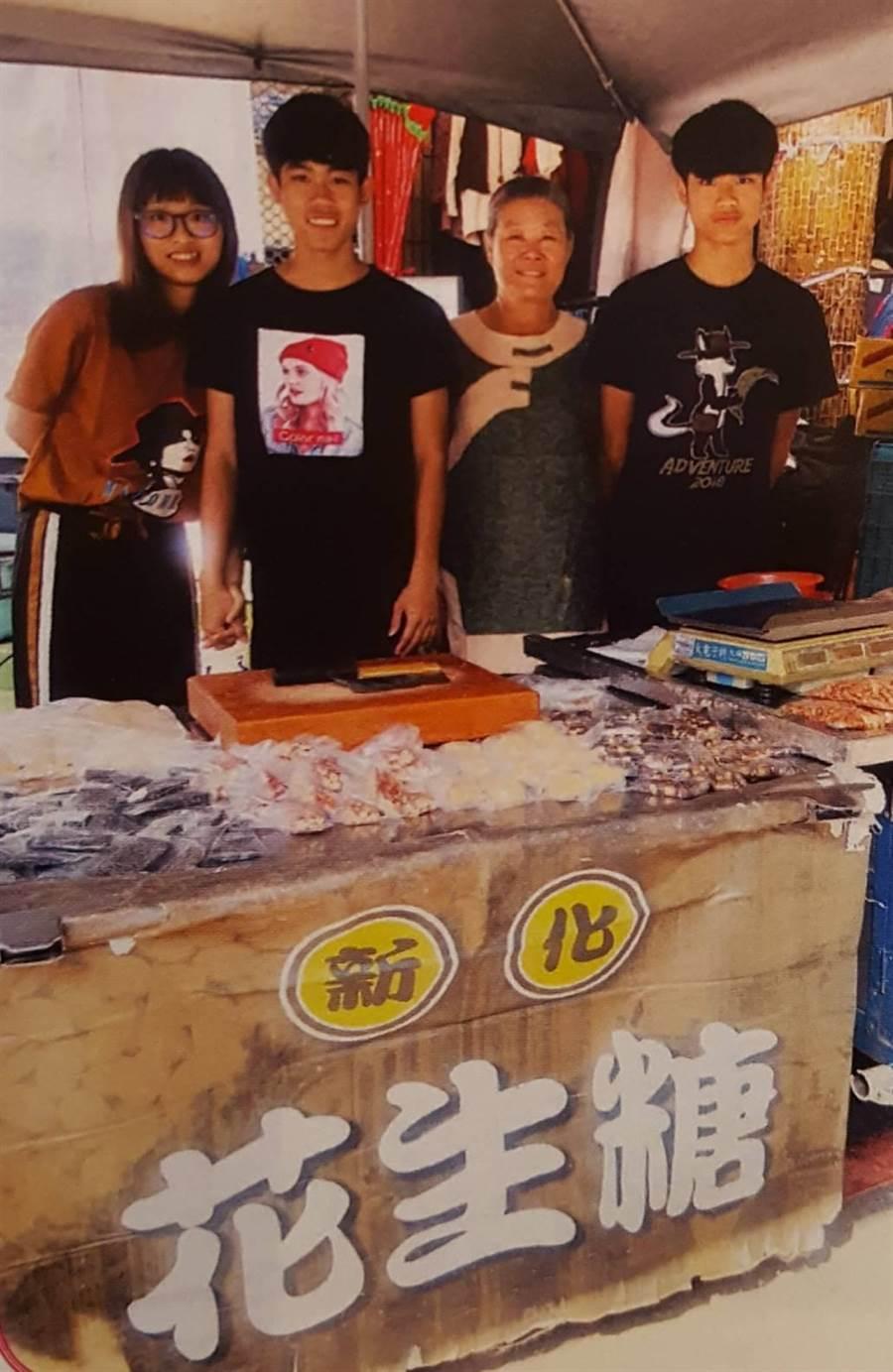 李蘇美珠女士每天幾乎清晨起床準備賣花生糖,孫子假日有空會跟蘇女士一起擺攤做生意。圖三(魏景瀚翻攝)