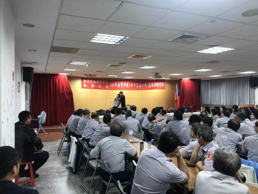 新北市板橋警分局舉辦義警2019年基本訓練,召訓200餘位協勤義警人員。(葉書宏翻攝)