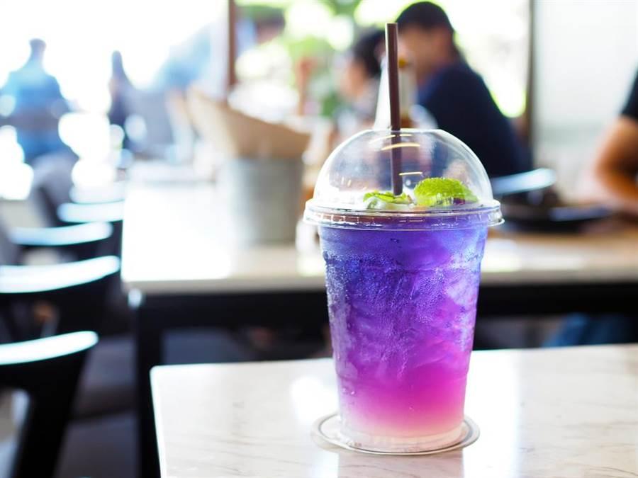 顏色特別,能做出漸層飲料的蝶豆花,近年在台灣非常夯。(圖/達志影像)