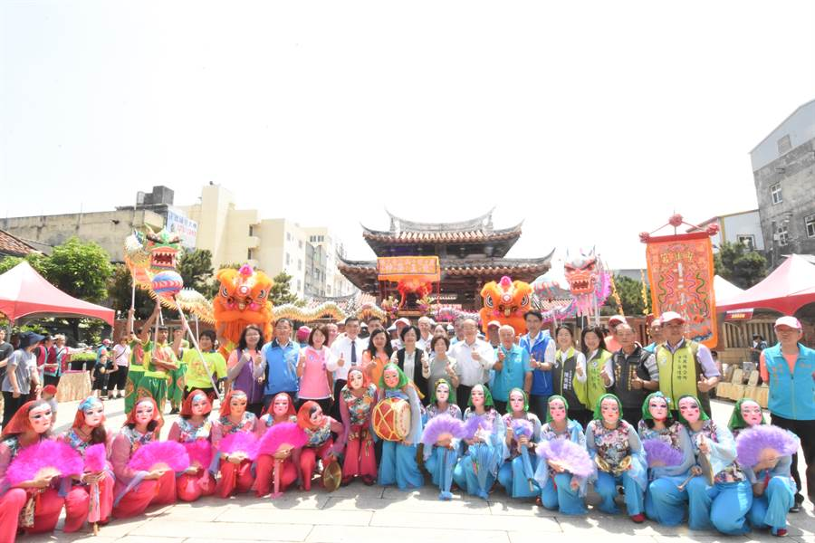 龍山寺廣場前熱鬧滾滾,在地特色藝陣與學校師生團體逾千人觀禮。(謝瓊雲攝)