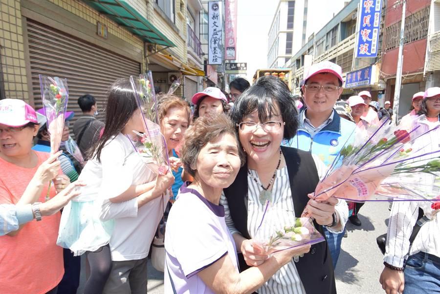 本周適逢母親節假期,彰化縣長王惠美(右)貼心準備1400束康乃馨,沿途分送婦女朋友、婆婆媽媽們。(謝瓊雲攝)