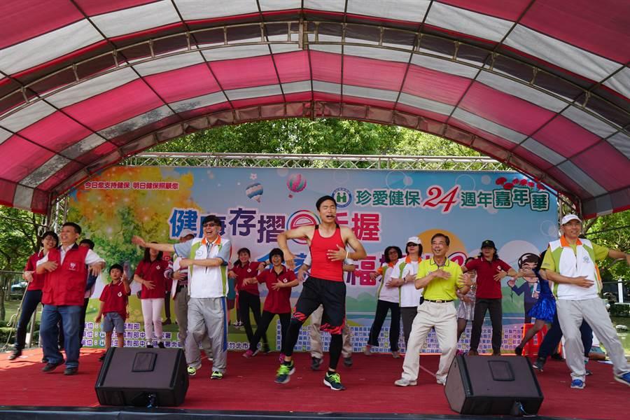 「健康存摺e手握 全家幸福媽咪go」嘉年華11日上午在竹北水圳森林公園登場,除有28個單位宣導、有獎徵答外,還有健走、帶動跳等活動。(莊旻靜攝)
