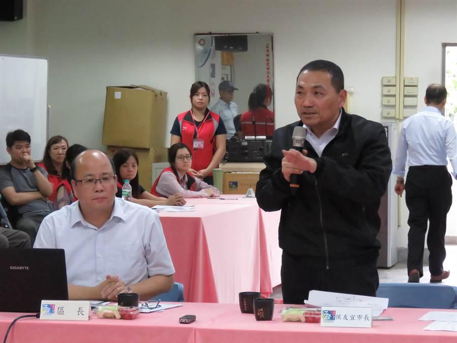 新北市長侯友宜今(11日)下午1時許,前往石碇區公所舉辦里長座談會。(葉書宏攝)