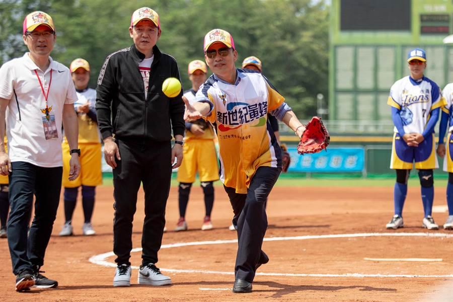 韓國瑜替「2019企業女子壘球聯賽」開球。(袁庭堯攝)