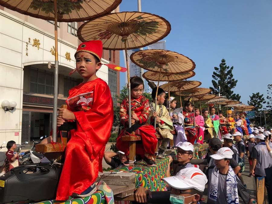 小朋友妝扮成「狀元公」,穿著大紅官服威風出巡。(李金生攝)