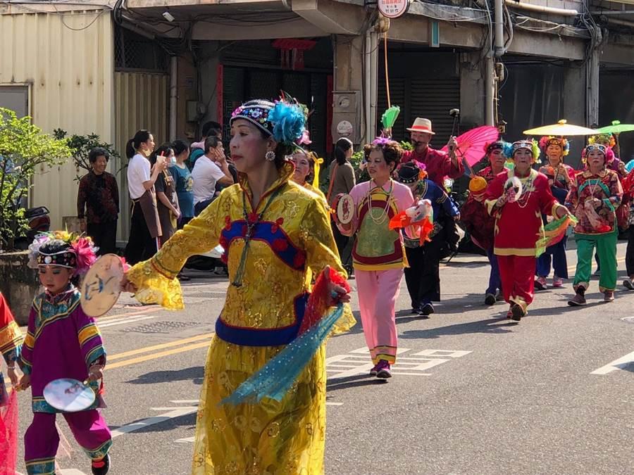 地方藝陣參加遊行,帶來豐富的民俗風情。(李金生攝)