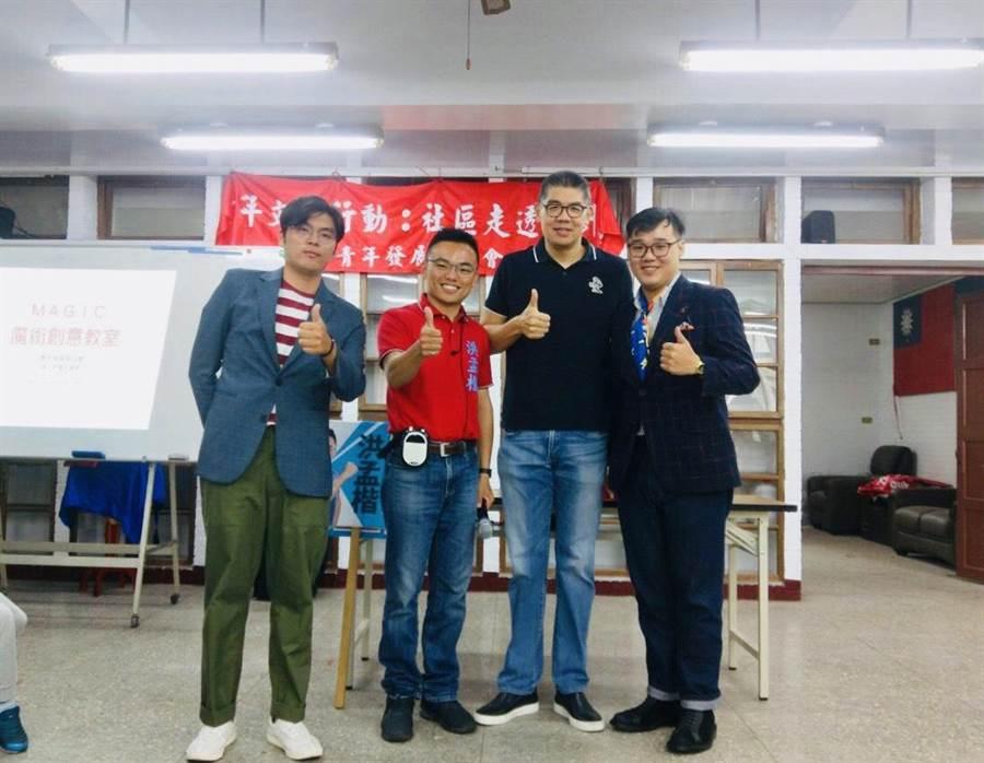 母親節將至,新北市立委第1選區國民黨初選參選人洪孟楷(左2)舉辦「親子魔術活動教室」。(葉書宏翻攝)