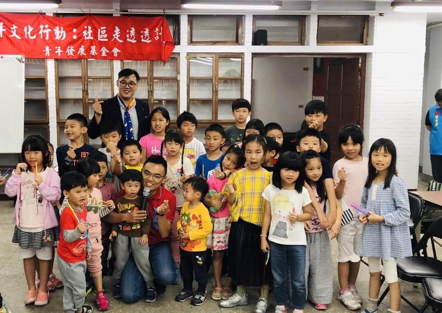 母親節將至,新北市立委第1選區國民黨初選參選人洪孟楷(前排左3)舉辦「親子魔術活動教室」。(葉書宏翻攝)