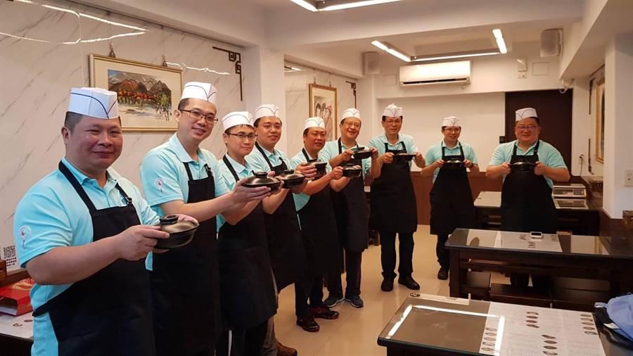分局長帶所有主管當大廚。(大安分局提供)