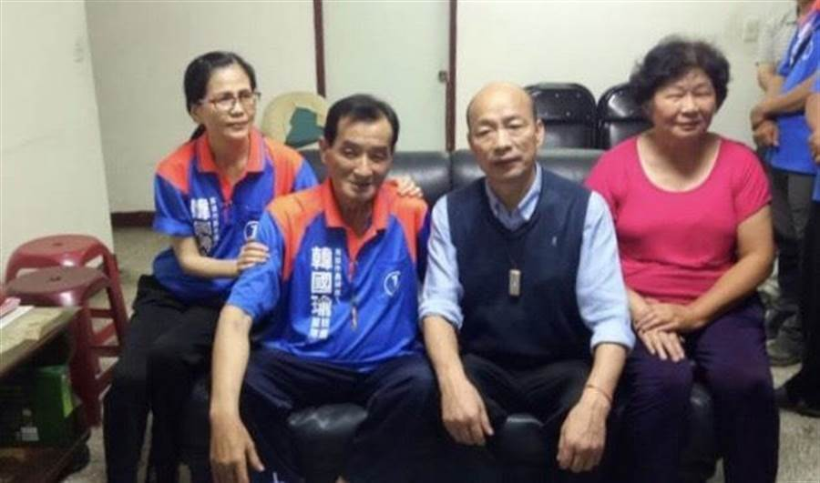 高雄市長韓國瑜的志工護衛隊成員槐建中罹患重病。韓前去探望時,槐堅持穿上隊衣,偕同家人與韓合影。(志工護衛隊提供)