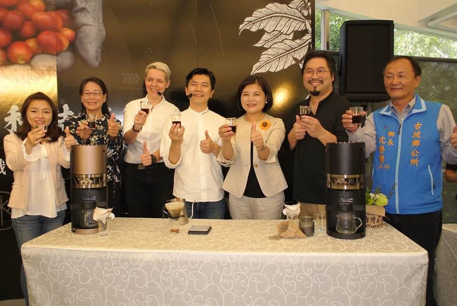 雲林縣長張麗善(右三)與iDrip智能咖啡合作,要讓古坑咖啡飄香全世界。(張朝欣攝)