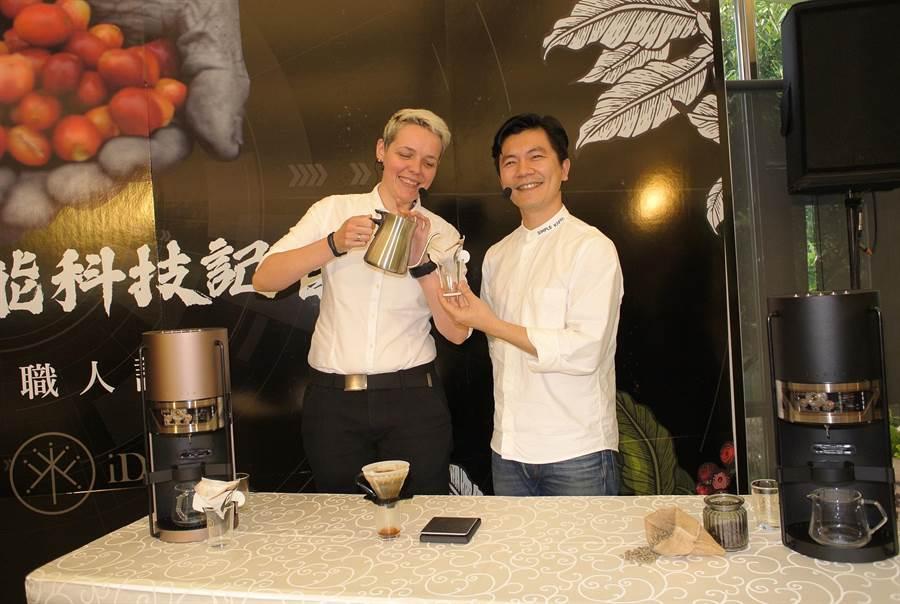 2名世界咖啡冠軍結合iDrip智能咖啡行銷古坑咖啡。(張朝欣攝)