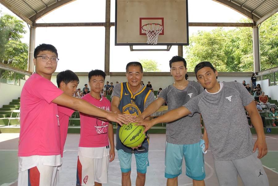 林文瑞(右三)舉辦公益籃球營鼓勵孩子追求夢想,同時暗示自己參選的決心。(張朝欣攝)