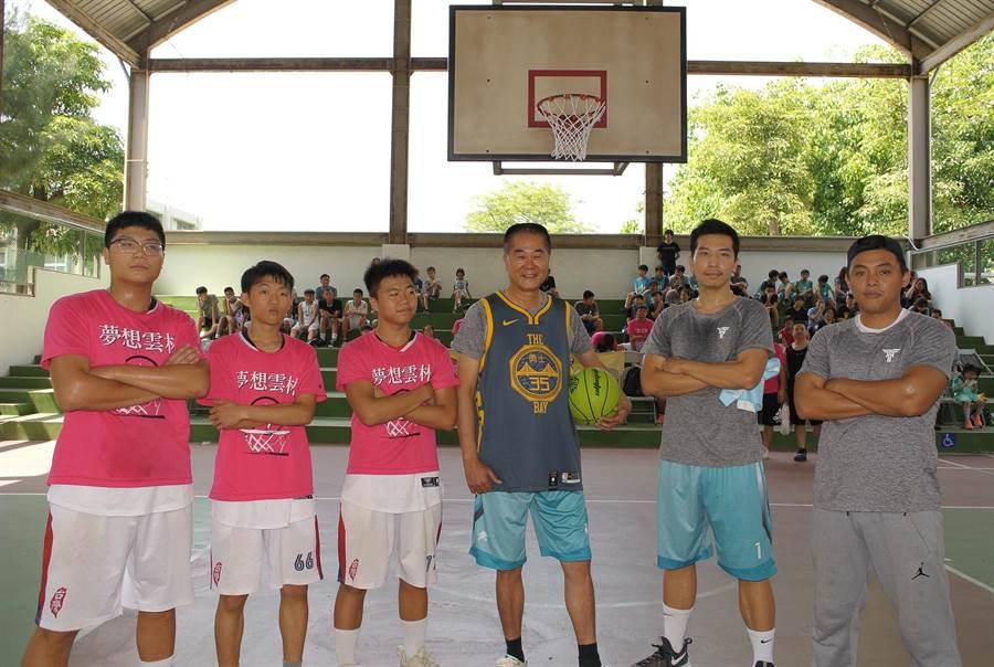 林文瑞(右三)參選立委勤跑基層,舉辦公益籃球營助兒童圓夢。(張朝欣攝)