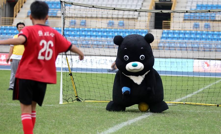 熊讚在趣味PK露了一手屁屁擋球的搞笑美技,笑翻現場。(李弘斌攝)