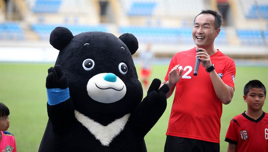 熊讚與台北市體育局長李再立(右)一起在中場休息進行趣味PK。(李弘斌攝)