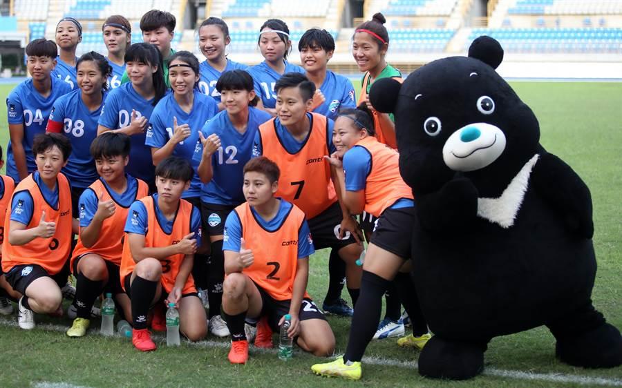 吉祥物熊讚賽前與台北熊讚隊球員合照,也非常懂得搶鏡。(李弘斌攝)
