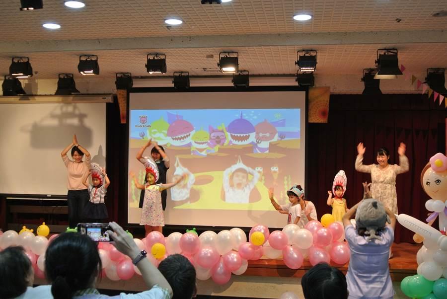 韓國洗腦神歌Baby shark鯊魚寶寶跳舞歌一來,台上小朋友們又跳又扭,護理人員跟孩子一起表演。(張妍溱翻攝)