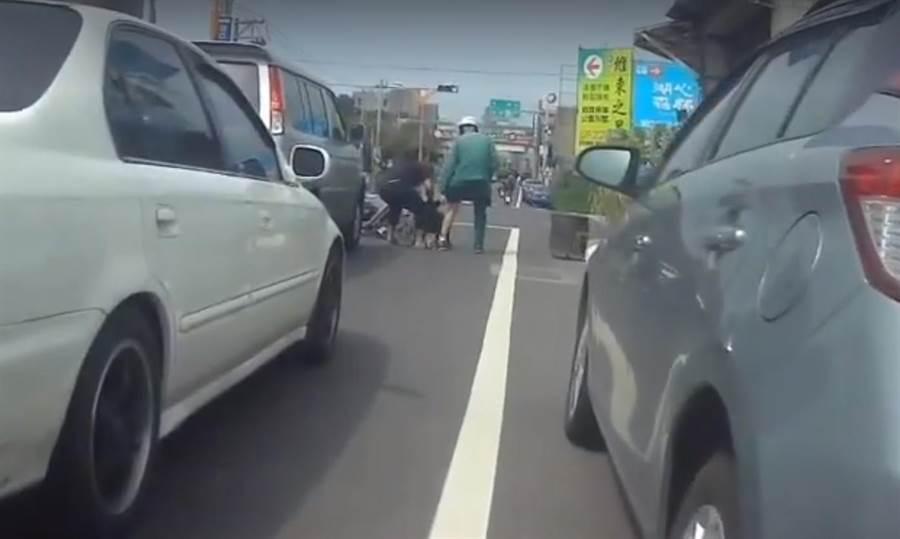 一名郵務士10日在湖口鄉停等紅燈時,意外遭一旁貨車上跳下的黑犬攻擊,導致半邊褲子全毀,腿部也出現多處傷痕。(莊旻靜翻攝)