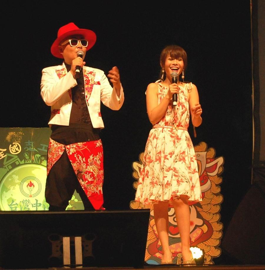 梅東生(左)主持演唱會,妙語如珠,全場笑哈哈。(廖素慧攝)