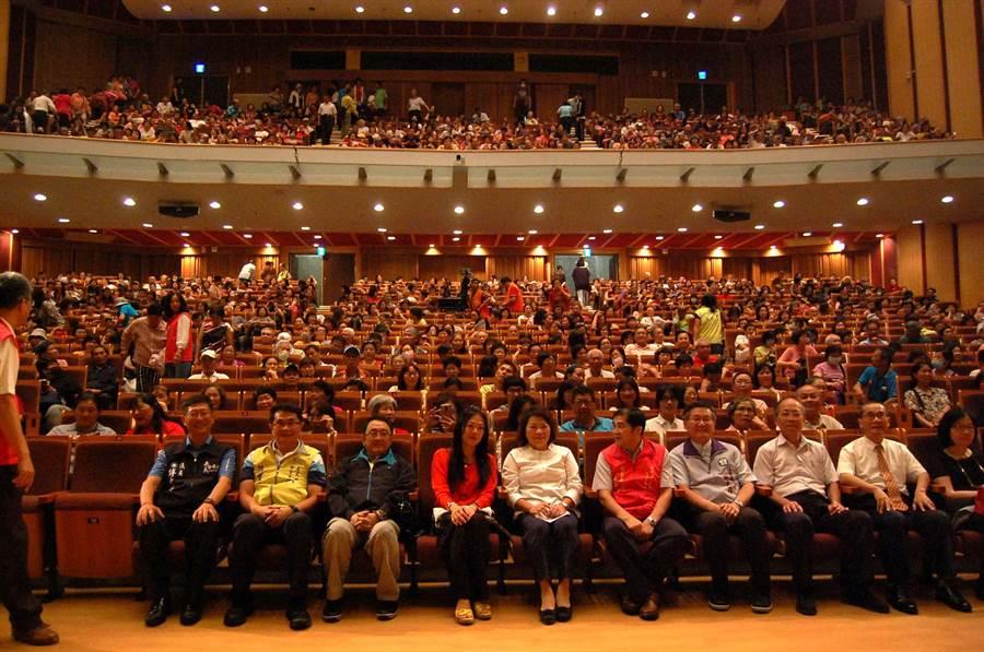 旺旺文教基金會向嘉義市志工致敬演唱會,全場爆滿,座無虛席。( 廖素慧攝)