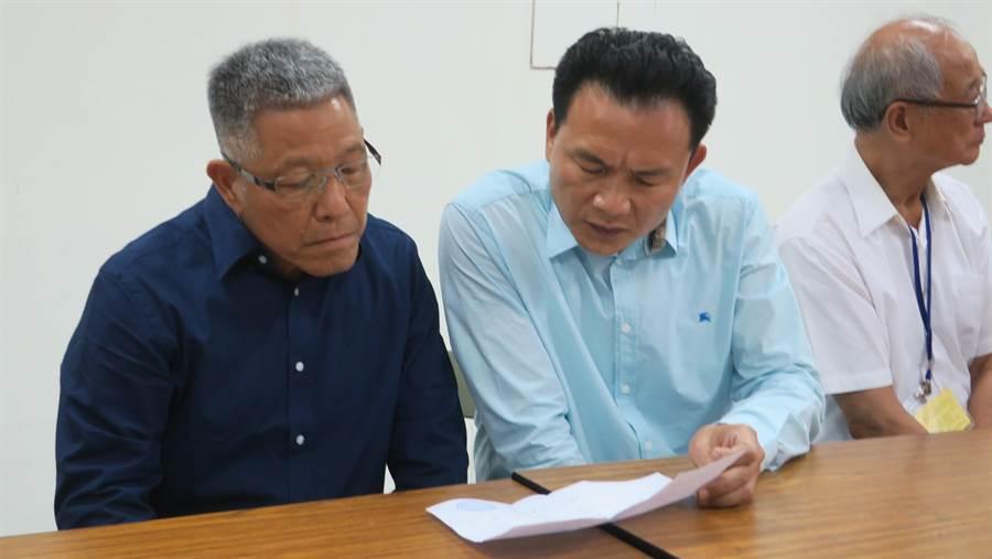 蕭景田(左起)與張錦昆兩人仔細核對拆封後的民調結果,因支持度不如預期,張錦昆眉頭深鎖。(謝瓊雲攝)