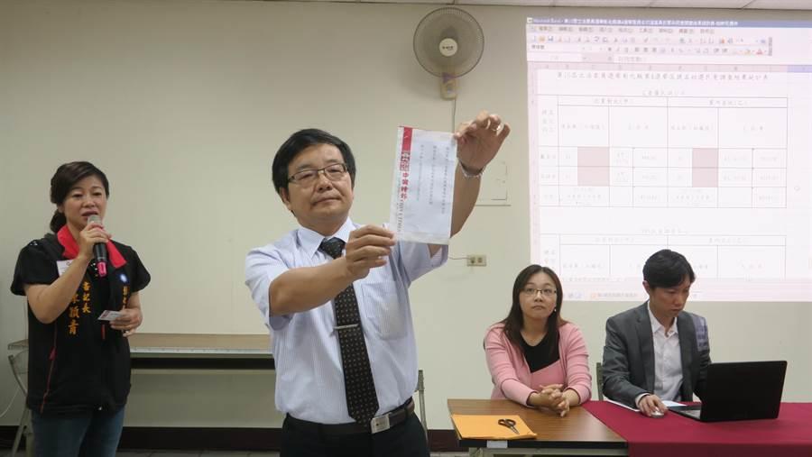 律師在眾人見證下將彌封的民調結果拆封公布。(謝瓊雲攝)