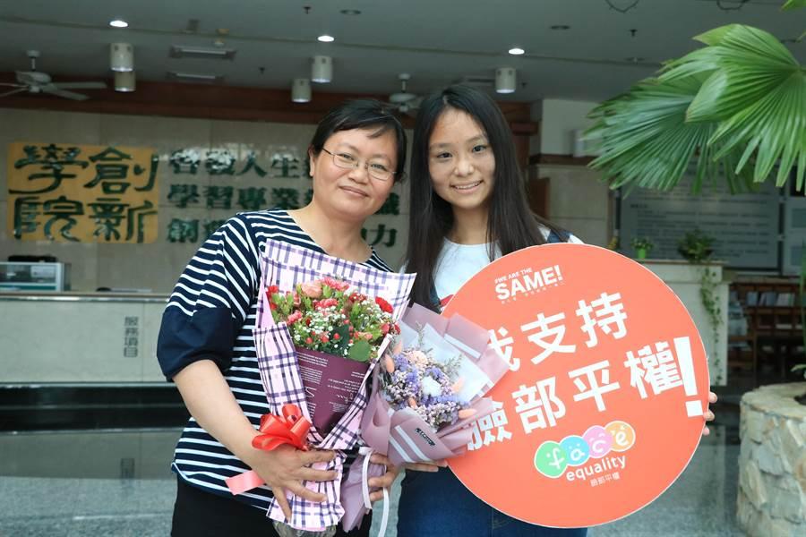 出生即患有太田母斑的呂易儒(右)走過霸凌、歧視的過去,特別在母親節前一天送花給一路陪伴他的母親胡惠琪(左)。(張亦惠攝)