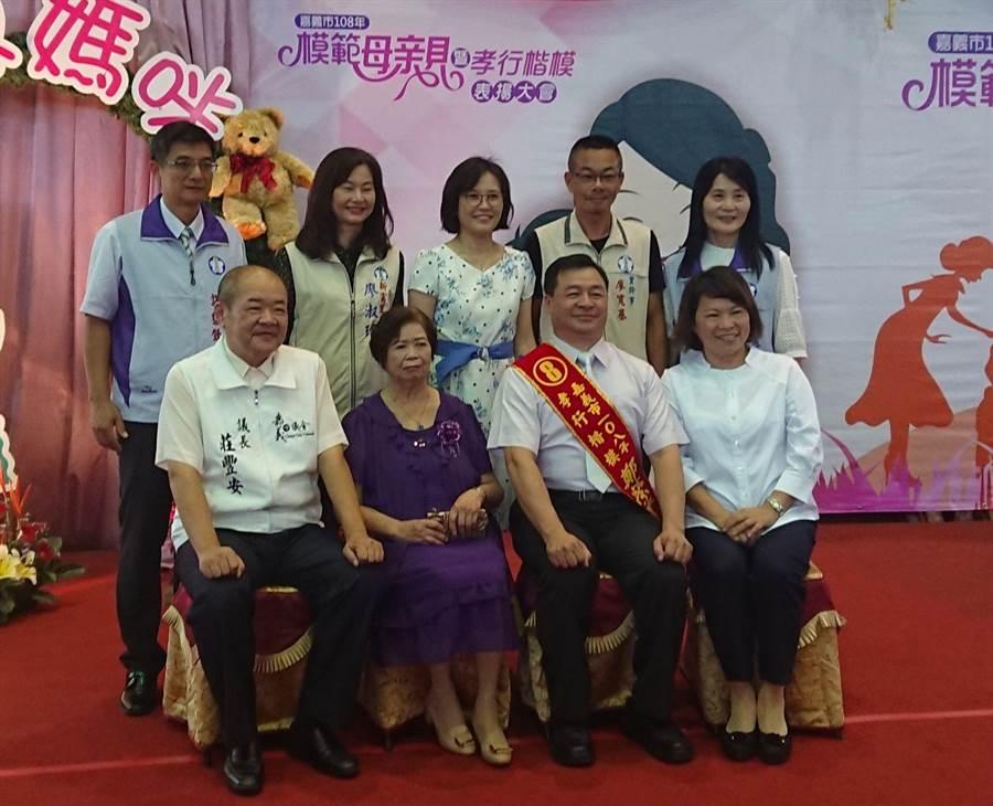 李姿瑩獲表揚為孝行楷模,並將代表嘉義市到內政部接受全國孝行楷模表揚。(廖素慧攝)