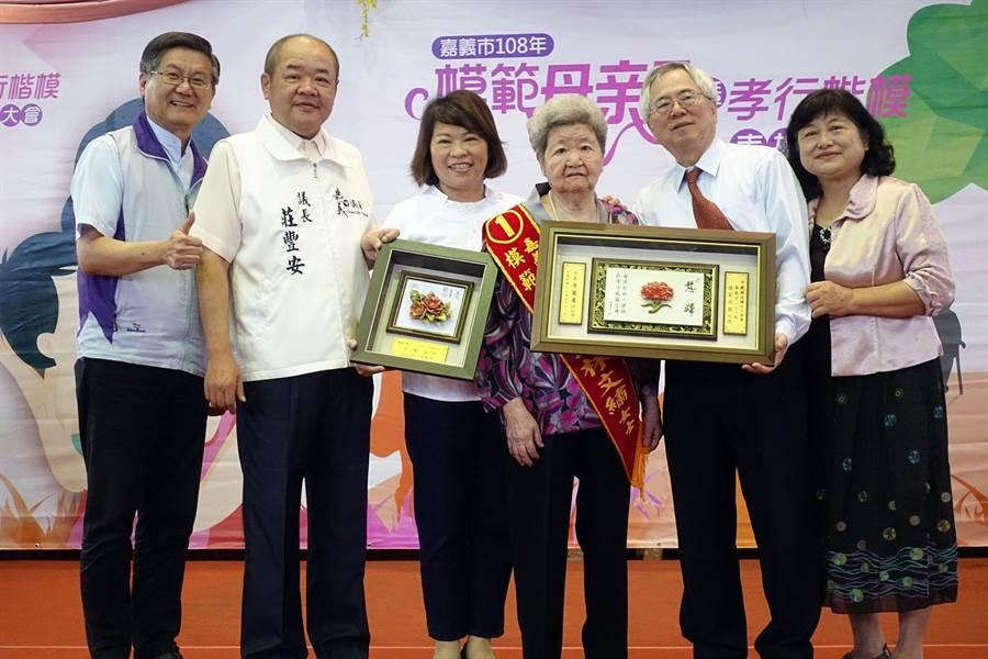 93歲饒林文繡榮獲模範母親表揚。(廖素慧攝)