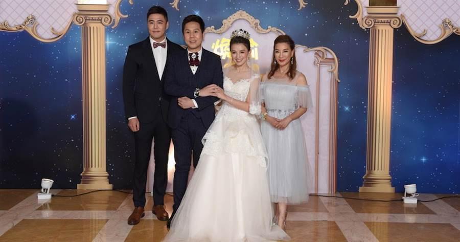 劉至翰(左)及楊繡惠(右)昨晚擔任楊煥喻(左二)與江泳錡的婚禮伴郎、伴娘。三立提供