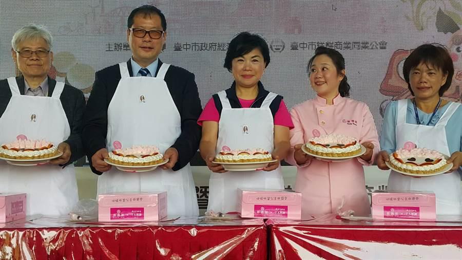 台中市政府11日在台灣大道市府廣場舉辦糕餅體驗活動,上千名民眾參加糕餅DIY,副市長楊瓊瓔(中)祝福母親節快樂。(盧金足攝)