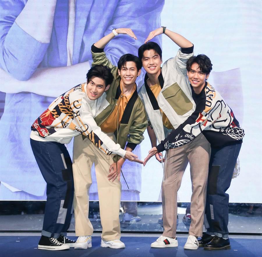 左起Gunsmile、Singto、Ohm、Sing比愛心。(圖/CME提供)