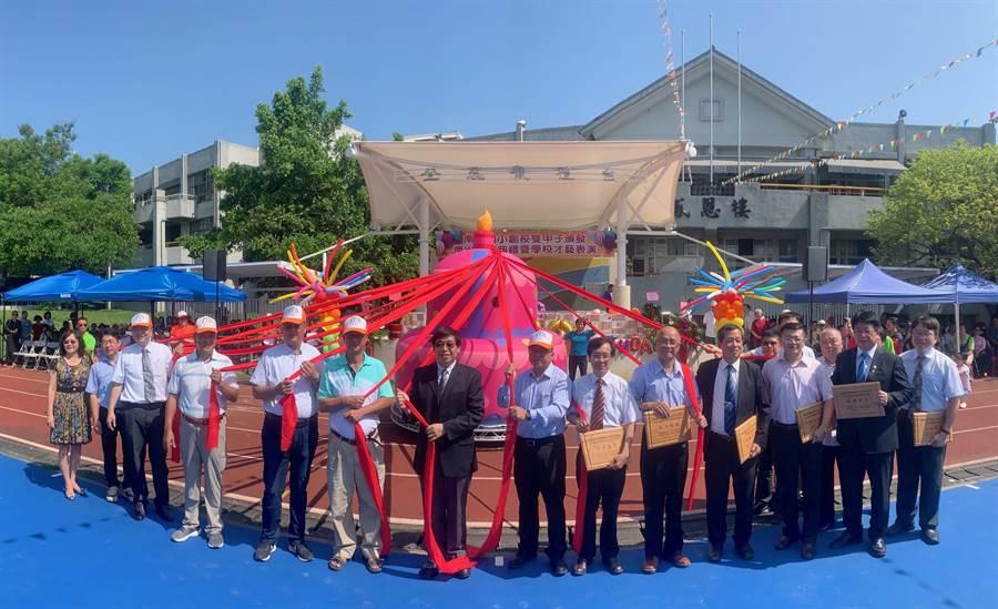 南投國小創校120周年,傑出校友聯袂拉開「蛋糕」慶祝。(廖志晃攝)