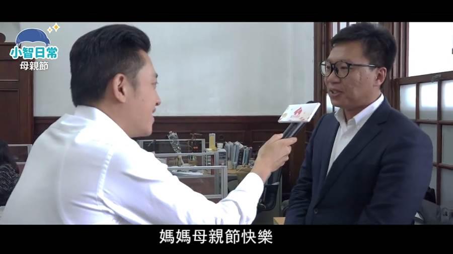林智堅化身小編,採訪市長辦公室同仁對母親的真情告白。(徐養齡翻攝)
