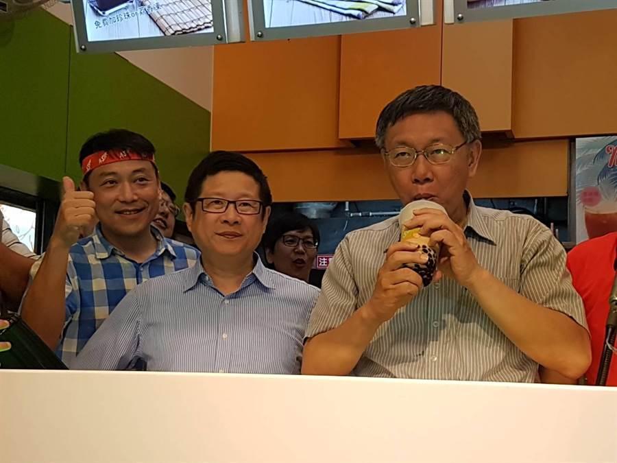 柯文哲(圖右)喝珍珠奶茶,「阿北」透過廣播要大家快來買!(張妍溱攝)