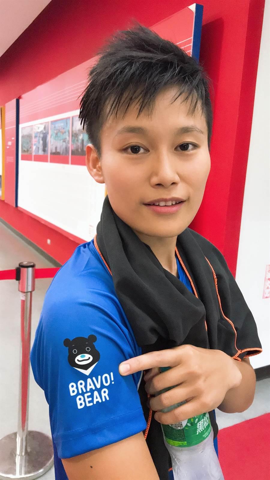 台北熊讚前鋒林雅惠秀出球衣右臂上的熊讚隊徽。(李弘斌攝)