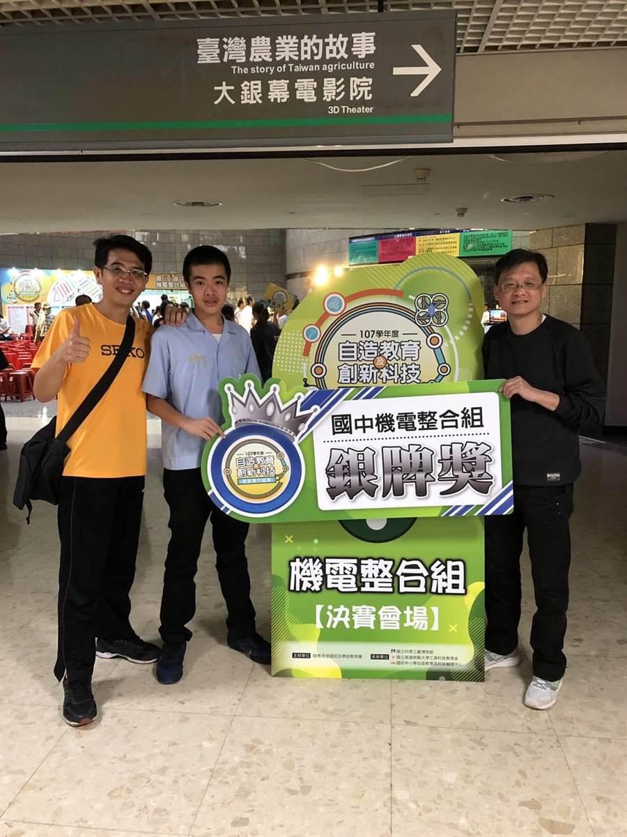 新北市錦和高中國中部學生組隊參加「自造教育及創新科技實作競賽」榮獲銀牌佳績。(葉書宏翻攝)