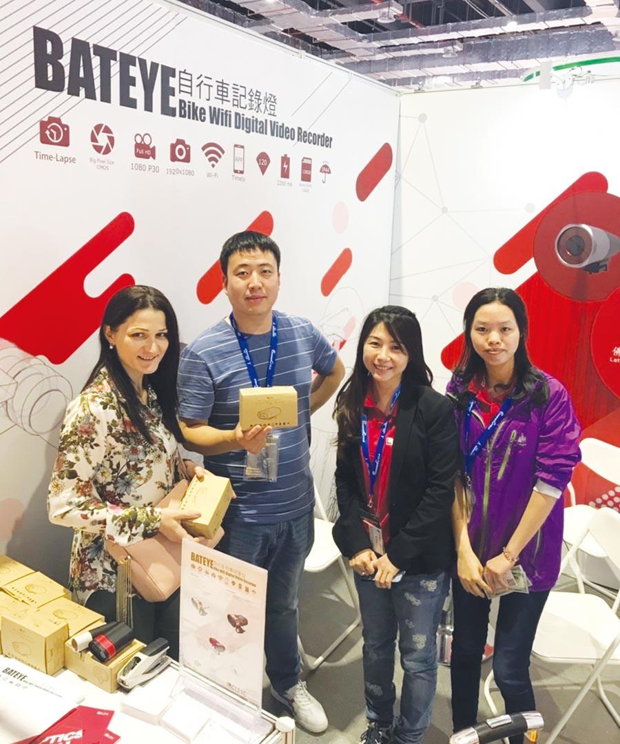 正能光電明星產品Bat Eye 2前進中國展出,吸引國際買家下單採購。圖/業者提供