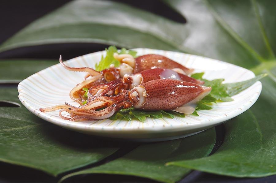 此時正是日本螢烏賊的產季,藤居陽一郎將新鮮螢烏賊快速在醬油中「過」一下,使柔軟鮮甜的肉質沾一點鹹味即呈盤。圖/姚舜