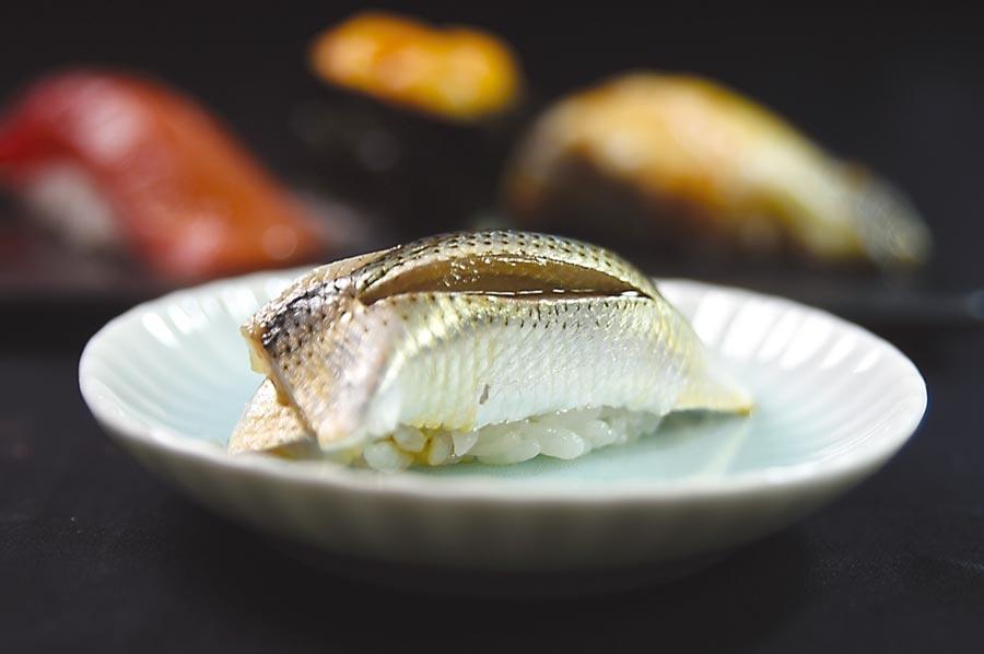 屬亮皮魚的「小肌」,是藤居陽一郎口中最難處理的食材之一,因為這種魚肉質柔嫩且容易腐敗,所以趁新鮮時就要用鹽和醋醃漬,以保留其鮮味。圖/姚舜