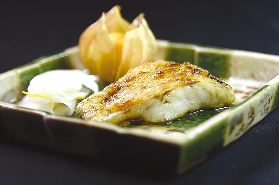 紅喉魚肉質細緻且油脂豐厚,而產自日本長崎對馬的紅喉更是其中首選,藤居陽一郎料理此有「白肉toro」之稱的高級魚時,先用鹽漬法脫水,再用炭火炭烤,甜度更集中明顯且帶有油脂香。圖/姚舜