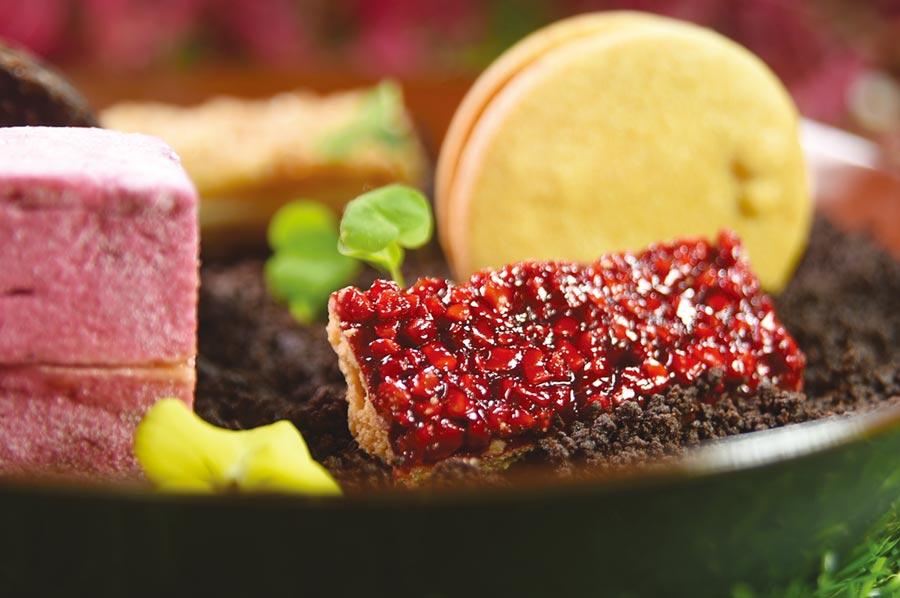 兩口就吃完了的〈菲安娜〉,是用玫瑰覆盆子風味的杏仁角搭配法式甜塔皮製成,堅果、玫瑰與覆盆子的香氣優雅迷人。圖/姚舜