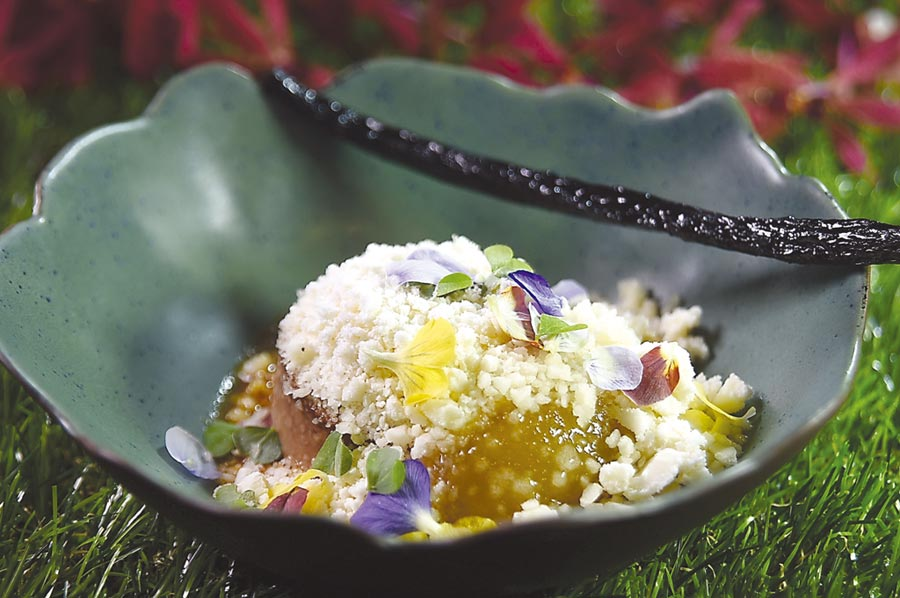 甜點套餐主甜點〈海倫美〉,以焦糖香草西洋梨用氮氣作的Snow下,覆蓋了3種不同的甜點,碗上並放了一支「偽香草莢」。圖/姚舜