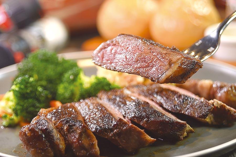 〈傑克兄弟牛排館〉的〈紐約客牛排〉,選用USDA PRIME牛肉全程以冷藏方式處理及運送,煎烤後非常美味。圖/姚舜
